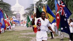 Rafer Johnson porta la antorcha olímpica de los JJOO de Atlanta.