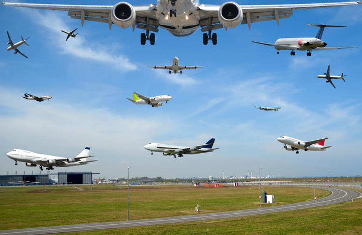 Fotomontaje de numerosos aviones en un aeropuerto.