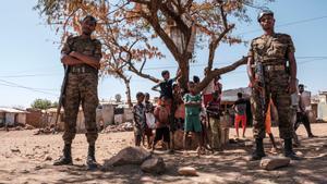Soldados etíopes junto a un grupo de niños en el campos de refugiados de Mai Aini el pasado 30 de enero.
