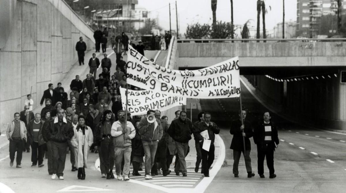Vecinos de Nou Barris cortan la Ronda, en 1990, para reclamar sucobertura.