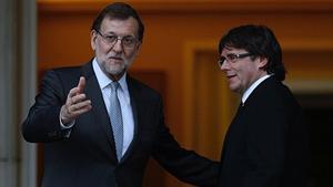 Mariano Rajoy y Carles Puigdemont, en el Palacio de la Moncloa en abril del 2016.