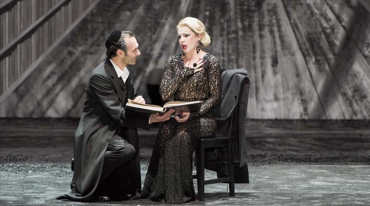 Nikolai Schukoff (Eléazar) y Sabina Puértolas (Eudoxie), en 'La Juive', de JacquesF. Halévy en una produccion de la Ópera de Lyon.