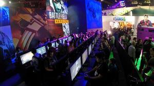 Los asistentes a la feria E3 de videojuegos prueban las últimas novedades