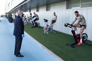 Florentino Pérez charla con Sergio Ramos en la visita del presidente a la ciudad deportiva del Madrid.