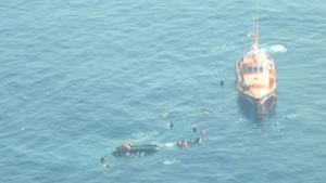 La Guardia Civil rescata a inmigrantes de una patera volcada en alta mar.