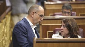 El portavoz del PDECat en el Congreso, Carles Campuzano, habla con su homóloga socialista, Adriana Lastra.