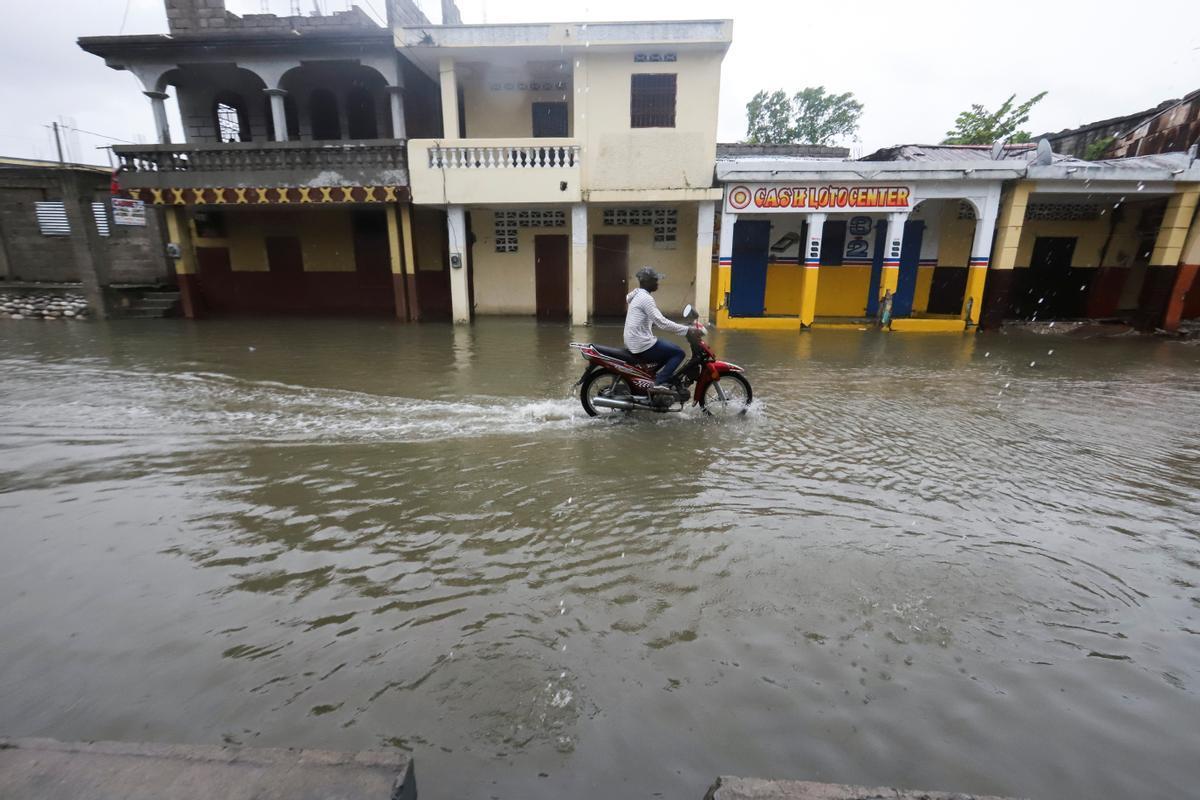 Una de las calles de la localidad haitiana de Los Cayos, una de las más afectadas por el terremoto del sábado, anegada de agua tras el paso de Grace.