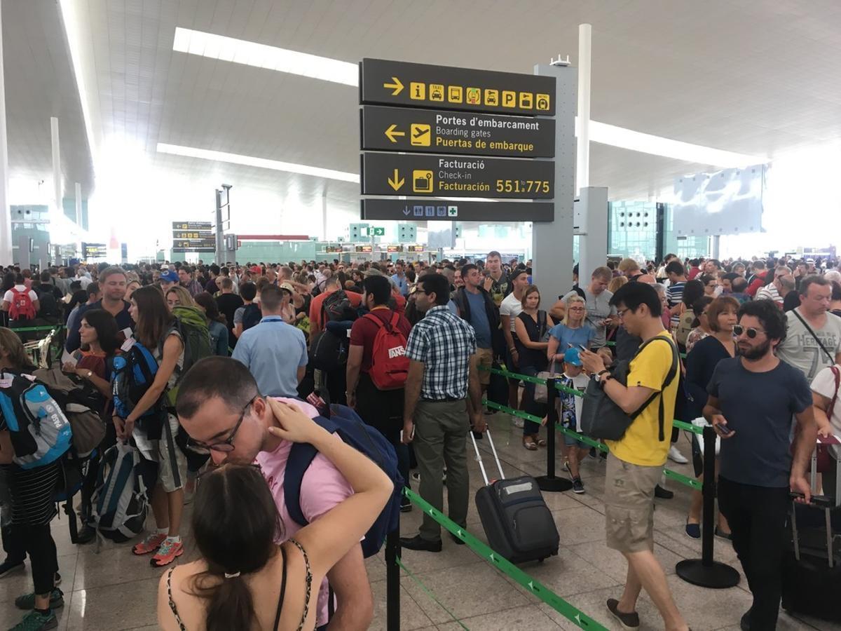 Colas en el Aeropuerto de El Prat este domingo, día en el que se han retomado los pares parciales de los empleados de seguridad.