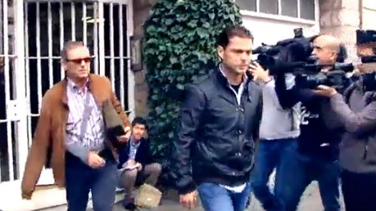 Jordi Pujol Ferrusola abandona la vivienda de sus padres tras concluir el registro.