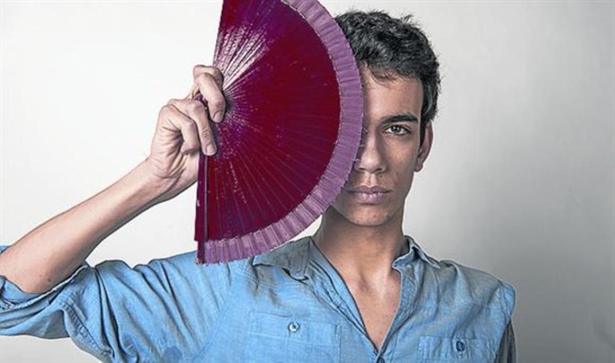 El joven Pol Jiménez, posando con uno de los abanicos de su obra.