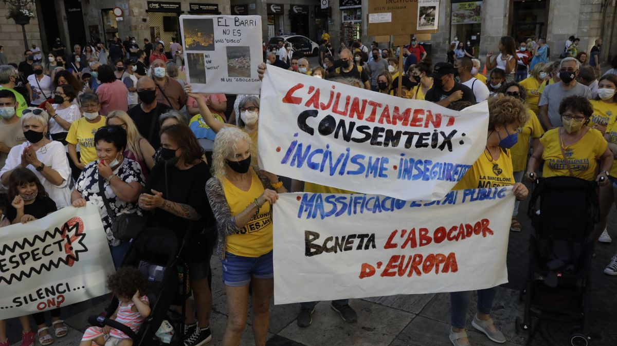 Protesta contra el incivismo y los botellones, este miércoles.