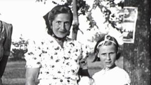 La escritoraAngelika Schrobsdorff, de niña, con su madre, cuya historia cuenta en 'Tú no eres como otras madres'.