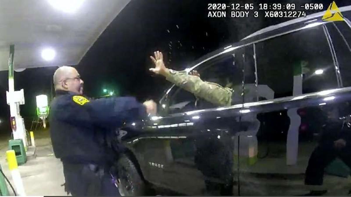 Detingut, amenaçat i agredit al tornar a casa: Nou abús policial als Estats Units contra un home negre