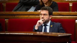 El 'vicepresident' de la Generalitat, Pere Aragonès, sentado en su escaño en una sesión plenaria en el Parlament de Catalunya.