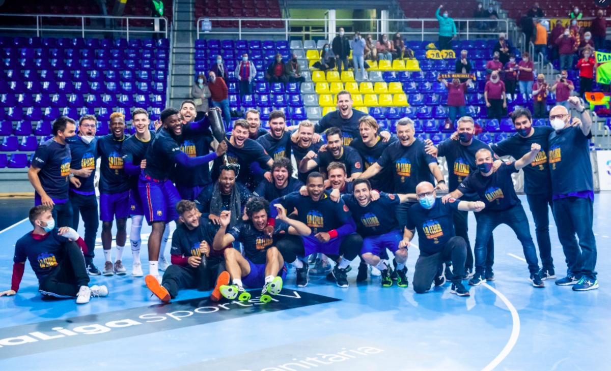Los jugadores del Barça celebran la Liga en el Palau.