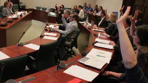 La comisión de investigación de la 'operación Cataluña', durante la votación de las comparecencias.