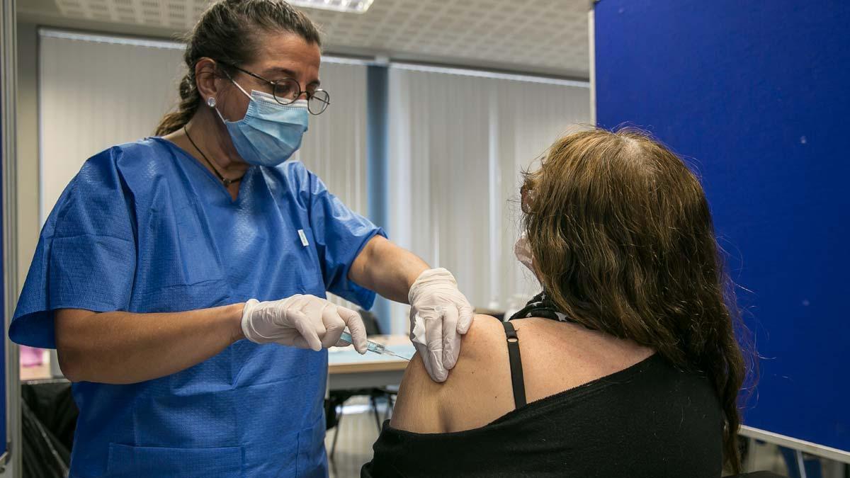 Una mujer recibe la vacuna del covid, en Barcelona.