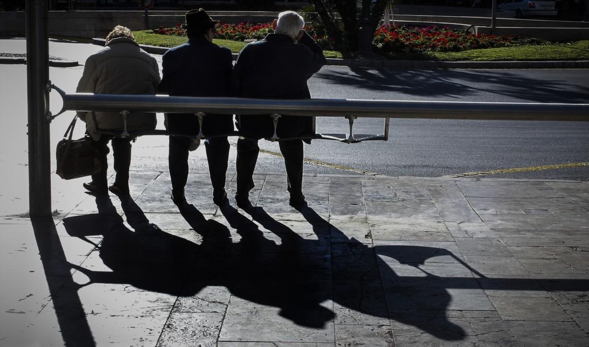 Pensionistas en una calle de Valencia.