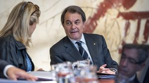 Artur Mas parla amb Joana Ortega, durant la reunió del Govern del dimarts 21 d'abril.