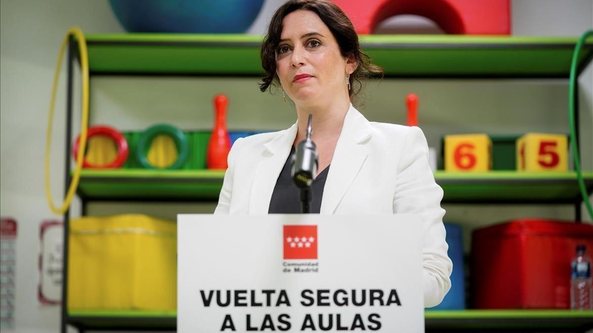 La presidenta de la Comunidad de Madrid, Isabel Díaz Ayuso, durante su visita a un colegio en Madrid, este lunes.