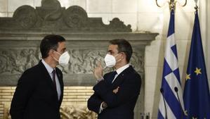 El presidente del Gobierno, Pedro Sánchez, charla con el primer ministro griego, Kyriakos Mitsotakis, el pasado 10 de mayo en Atenas.