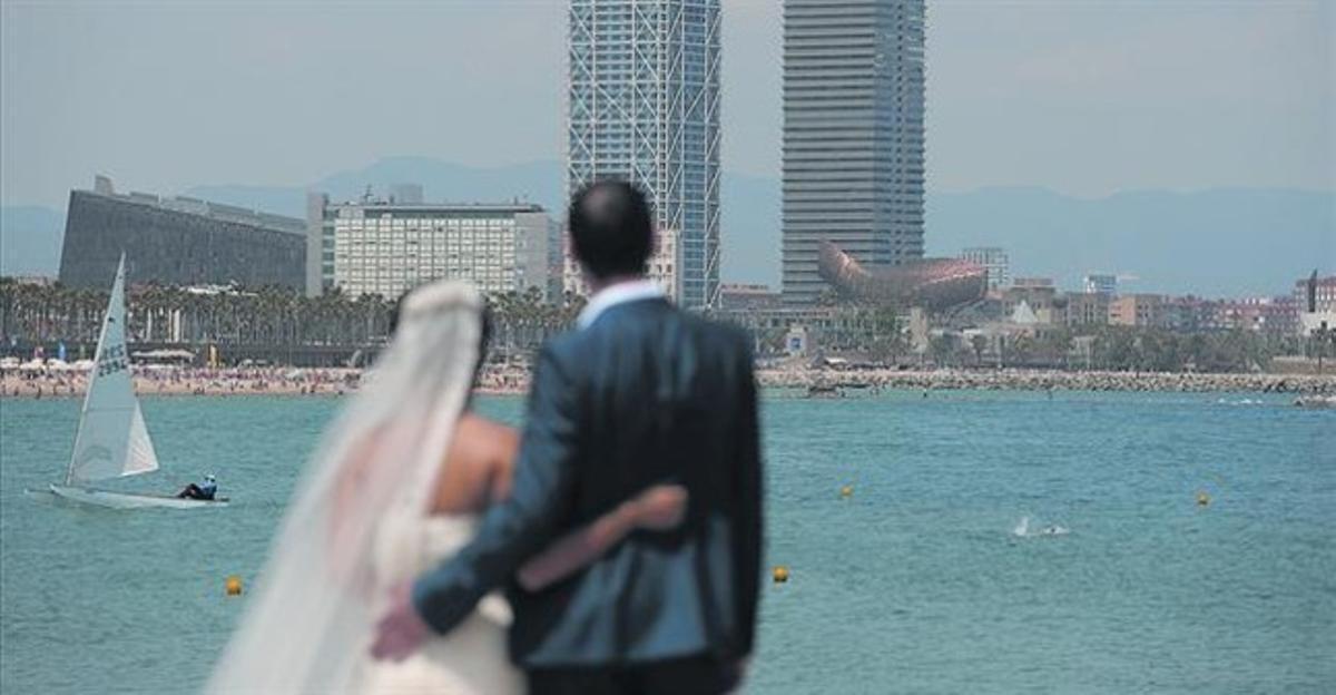 Parella de nuvis del Vietnam i de Suïssa, en un casament organitzat per Your Barcelona Wedding.