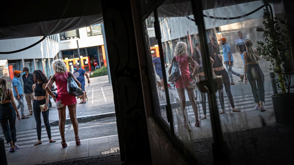Mujeres ofreciendo servicios de prostitución en la calle Robadors.