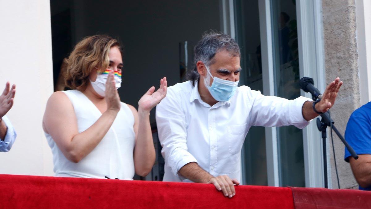Ada Colau y Jordi Cuixart antes del pregón de la fiesta mayor de Gràcia, en agosto.