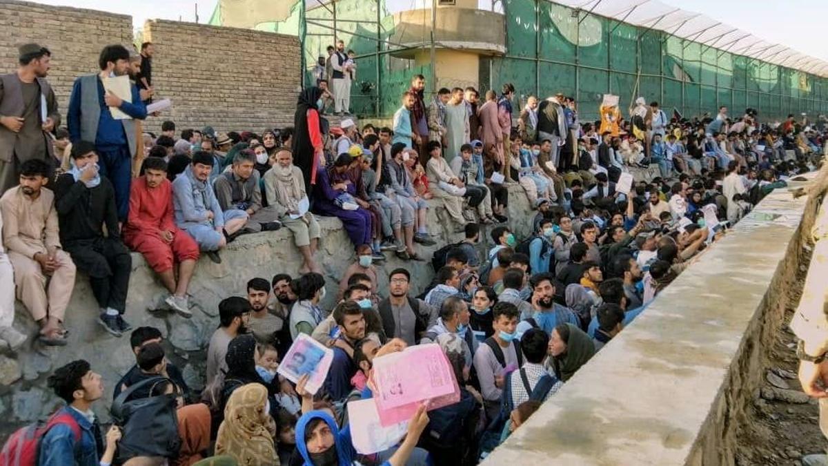 Población afgana se agolpa en el exterior del aeropuerto de Kabul