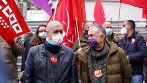Los Secretarios Generales de UGT y CC.OO Pepe Alvarez y Unai Sordo respectivamente , durante la concentración frente al ministerio de Asuntos Económicos para reivindicar la subida del SMI y la derogación de la reforma laboral y de pensiones.