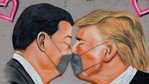 Grafiti de Xi Jinping y Donald Trump emulando el del beso de Breznev y Honecker, ambos en el muro de Berlín.