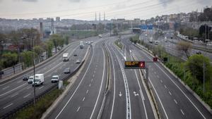 Carretera sin apenas tráfico en la entrada a Barcelona por la Autopista del Vallés