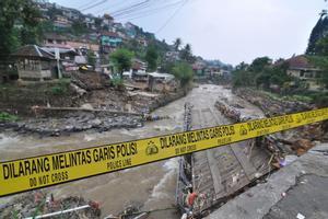 Las lluvias torrenciales de los días previos anegaron de forma extendida nueve municipios y ciudades de Bengkulu.