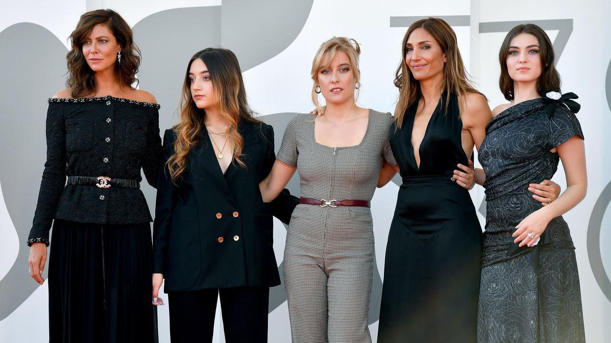 El equipo de 'L'evenement', con la directora Audrey Diwan la cuarta por la izquierda, en Venecia, esta lunes,