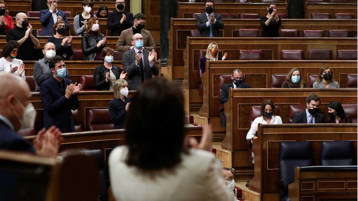 Aplausos de todos los grupos del congreso, menos de Vox, al recordar a las víctimas de la violencia de género en España.