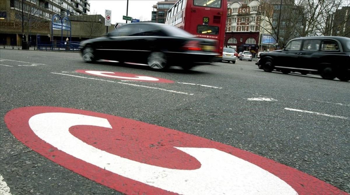Indicativo de la zona 'C' de restricción del tráfico -que implica peaje- en una calzada de Londres.