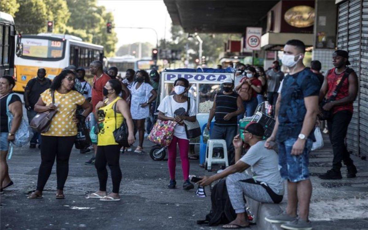 Personas esperan el transporte público en plena pandemia en Río de Janeiro, Brasil.