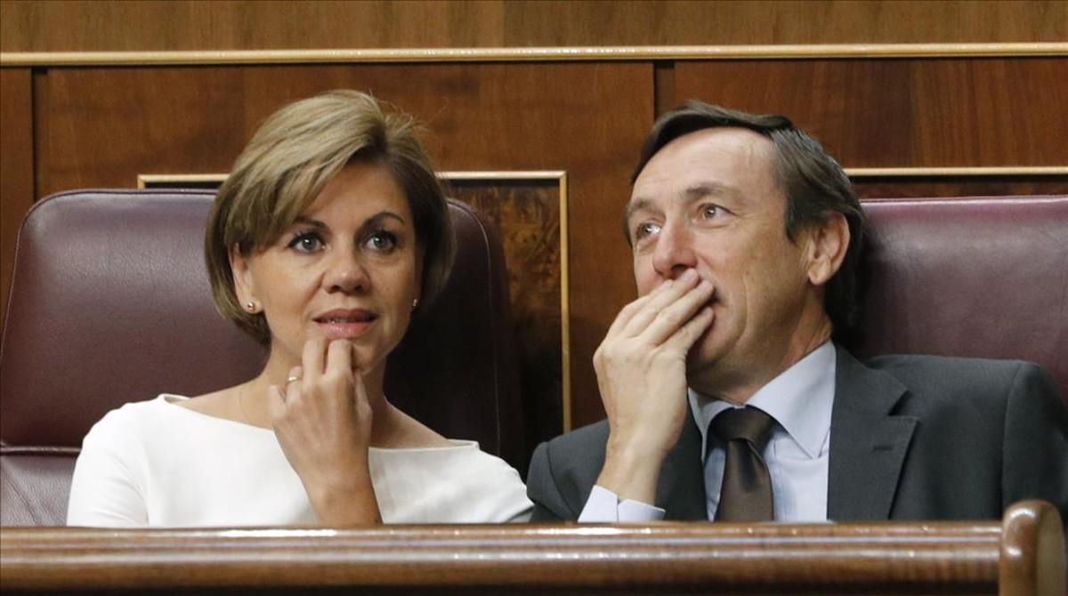 El portavoz parlamentario del PP, Rafael Hernando, junto a la secretaria general del partido, Dolores de Cospedal