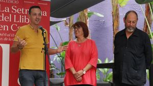 De izquierda a derecha, Joan Carles Girbés, Montse Ayats (presidenta de la Associació d'Editors en Llengua Catalana) y Joan Sala, este domingo en Barcelona