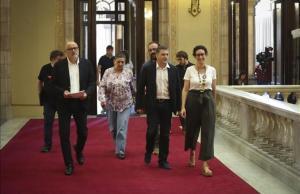 Los diputados de Junts pel Sý y la CUP que registraron este lunes la ley del referéndum en el Parlament.