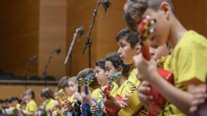 Niños tocan el ukeleleen el estreno de 'Gall de foc', en el Auditori.
