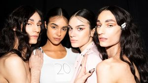Modelos peinados con 'baby hairs' en el desfile de The Blonds, en la New York Fashion Week.