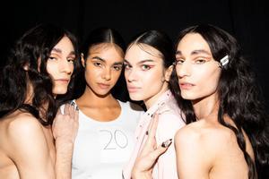Modelos peinados con 'baby hairs' en el desfile de The Blonds, en la New York Fashion Week.
