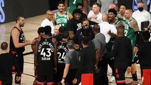 Los jugadores de los Celtics felicitan a los de Toronto tras el sexto partido de su serie.