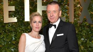 Gillian Anderson y Peter Morgan^, en los premios Globos de Oro 2020.