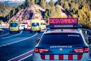 Imagen de archivo de un coche de Mossos d'Esquadra y ambulancias del SEM en un accidente de tráfico