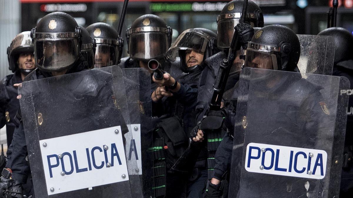 Policías nacionales, el 1-O en el colegio Ramon Llull de Barcelona.