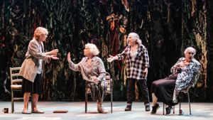 De izquierda a derecha, Inma Colomer, Muntsa Alcañiz, Lurdes Barba y Vicky Peña en un momento de 'I només jo vaig escapar-ne'.