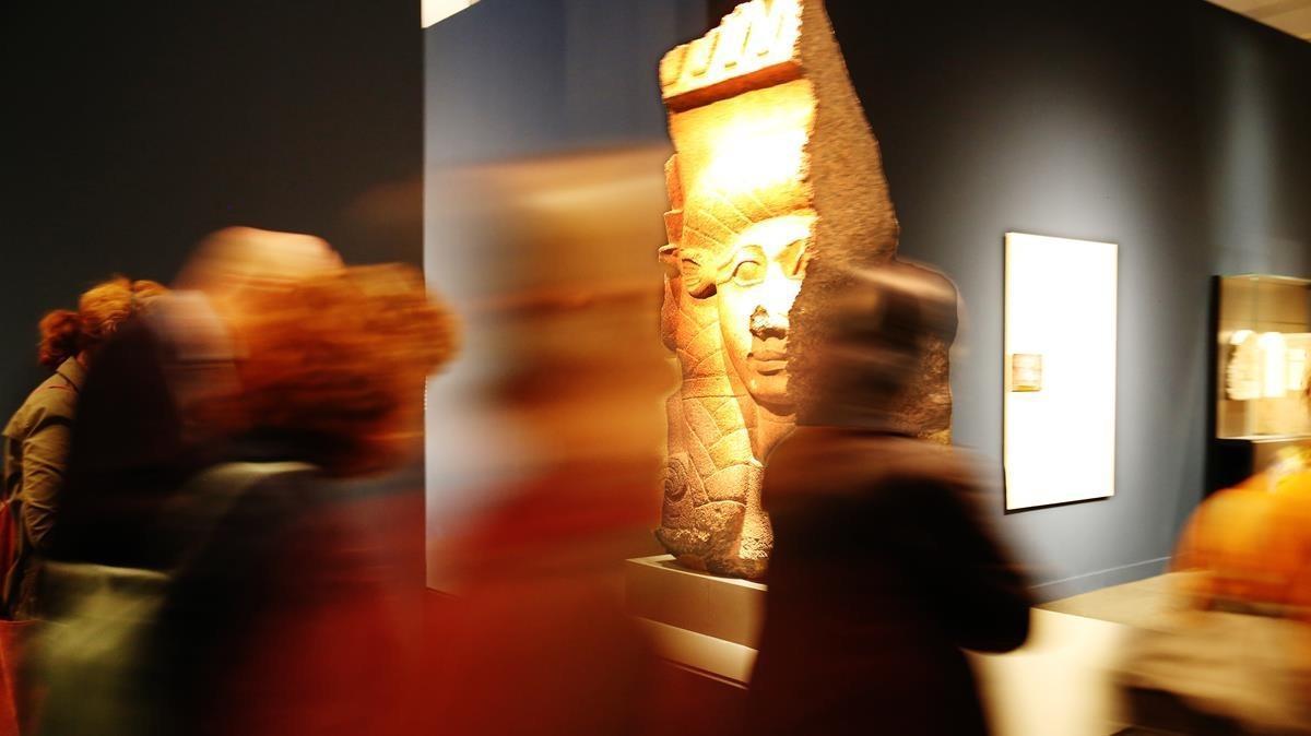 Visitantes ante un capital de la diosa Hathor, del templo de Bastet.