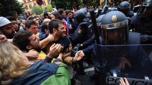 Carga policial en el IES Ramon Llull, en el referéndum del 1-O.